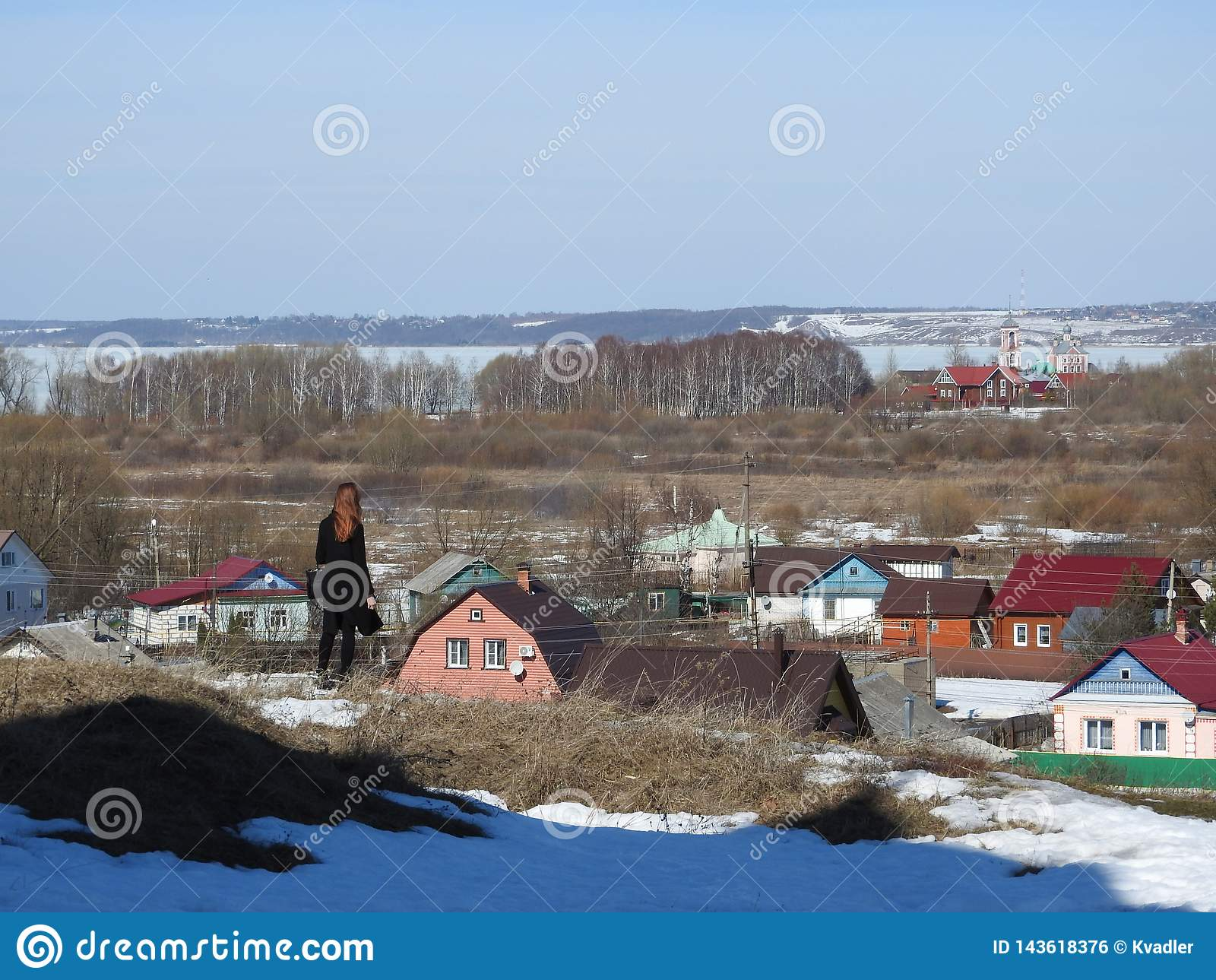 在白天,俄罗斯期间,旅客深色的女孩看城市的地平线