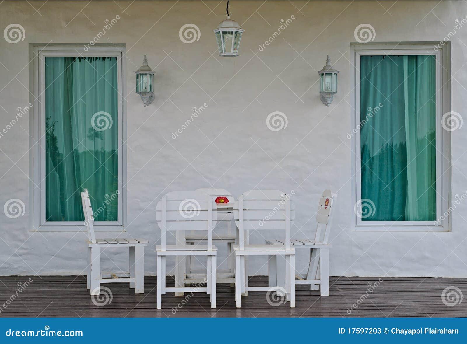 在白色之外的椅子