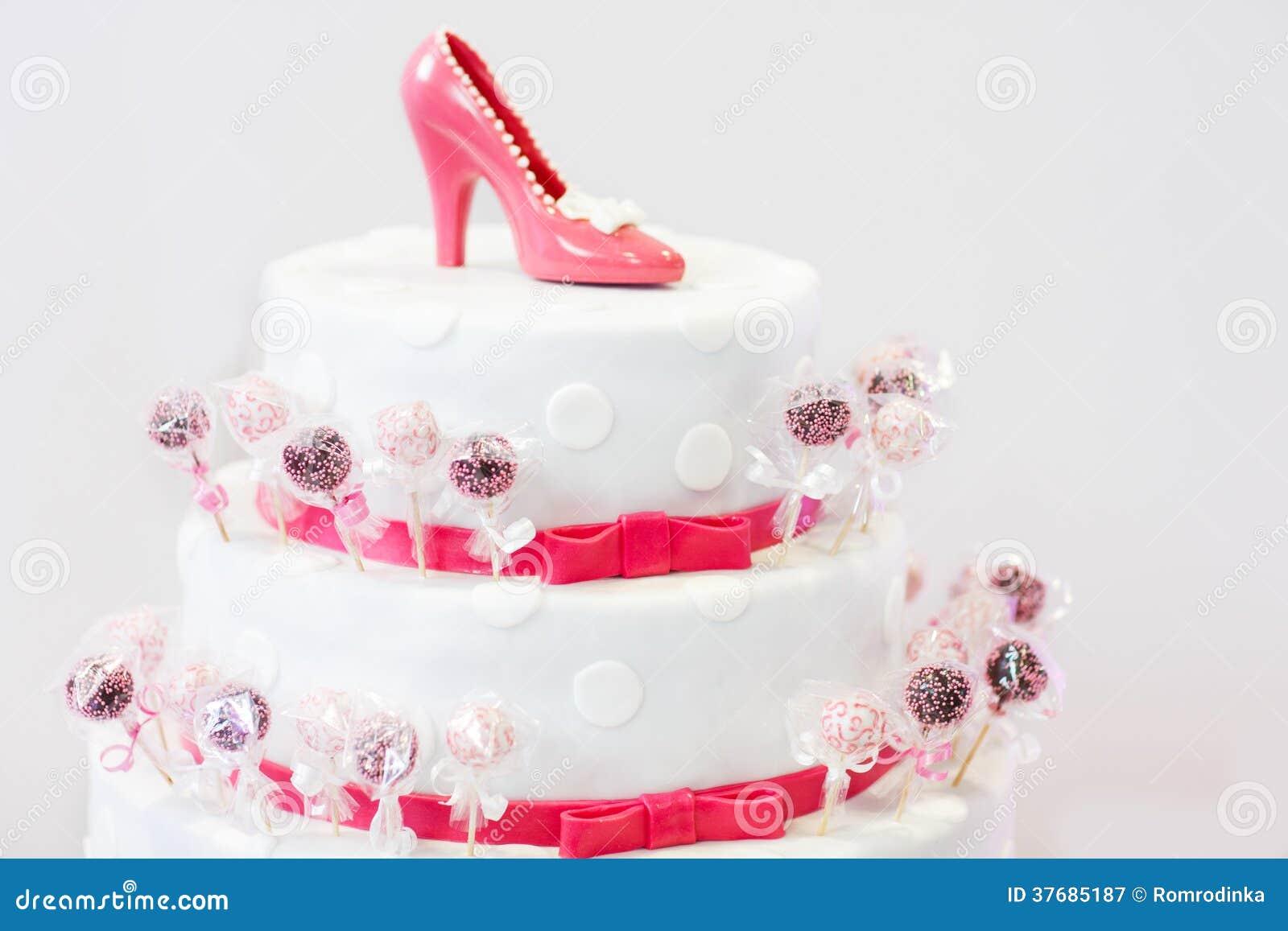 在白色和红色的可口美丽的婚宴喜饼与蛋糕流行