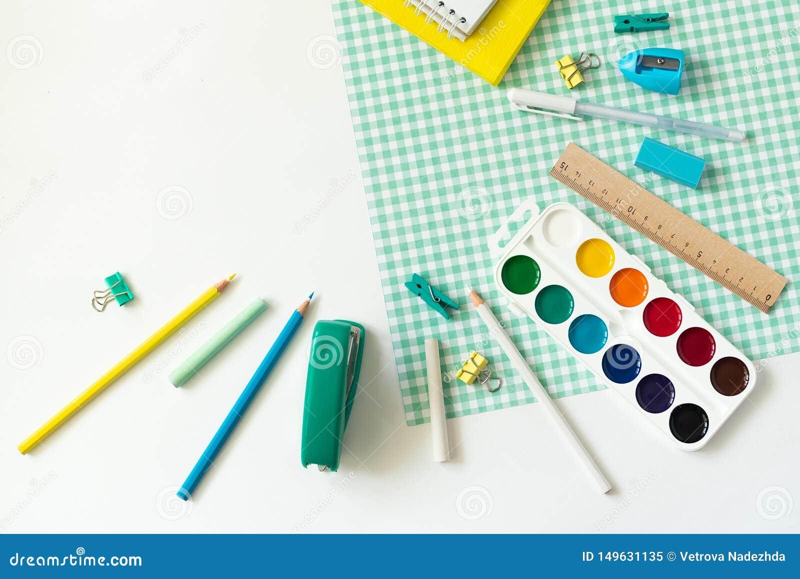 在白色和蓝色方格的背景的学校用品