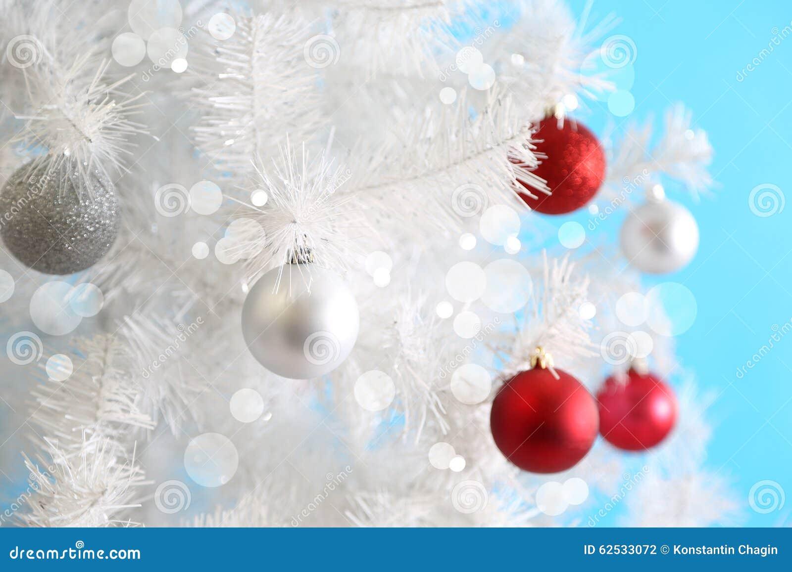 在白色圣诞节树的圣诞节球