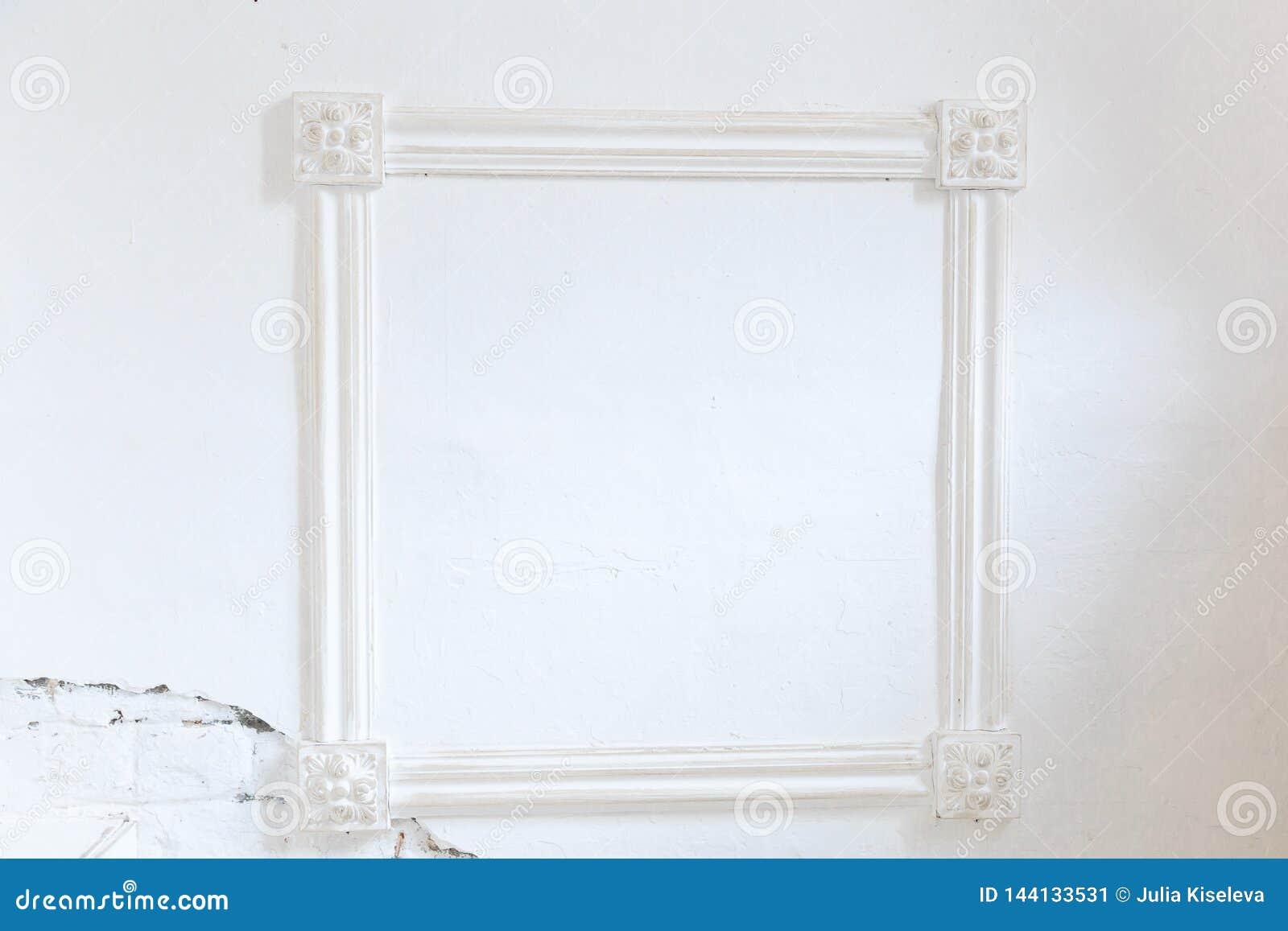 在白色墙壁上的空白的框架