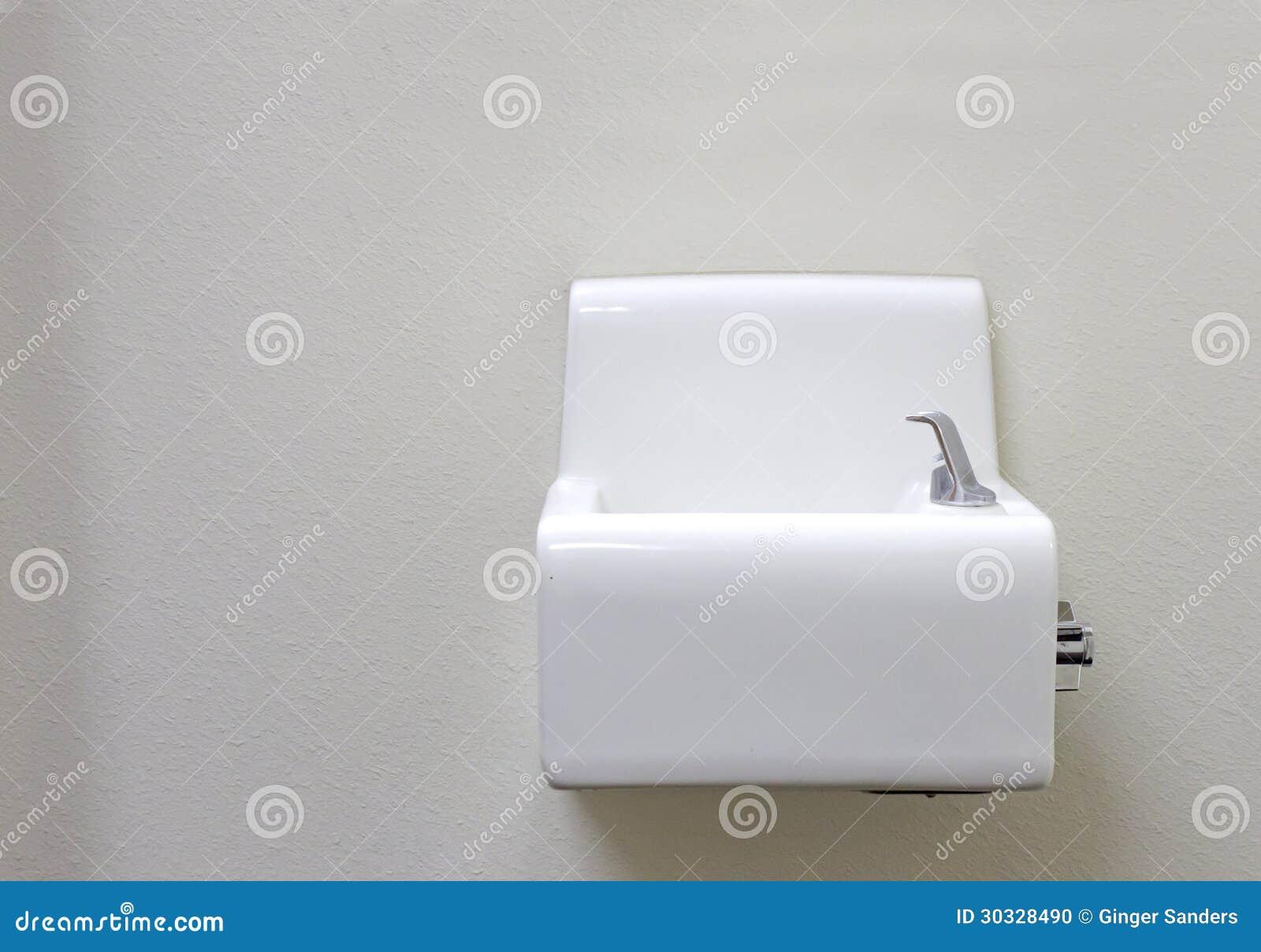 白色在白色墙壁上的瓷饮水器