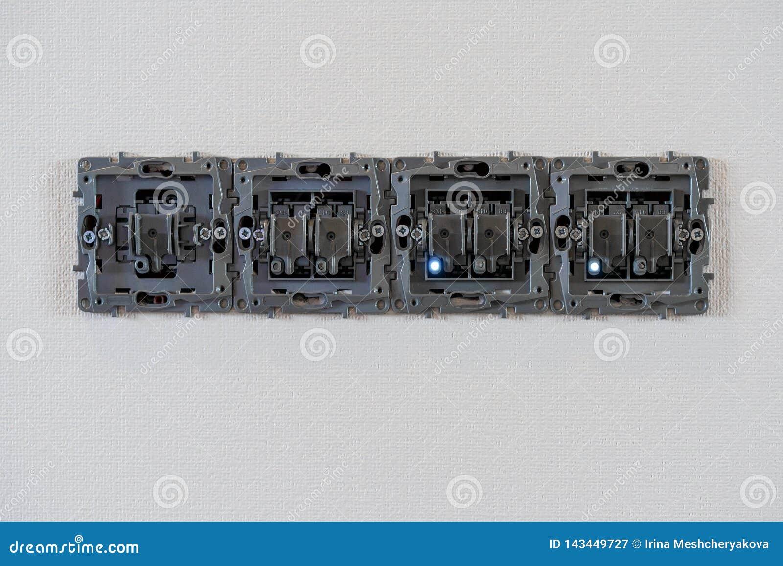 在白色墙壁背景、修理和架置的开放电力插口 LED爪子打开 没有盖子的欧洲插口在白色