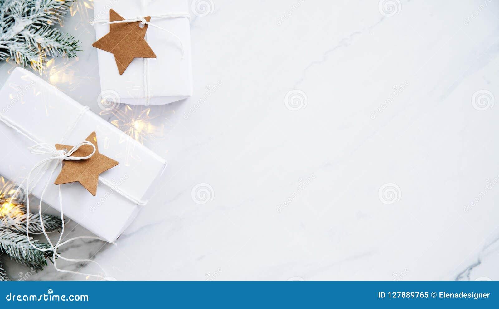 在白色大理石背景顶视图的圣诞节手工制造礼物盒 圣诞快乐贺卡,框架 冬天xmas假日题材