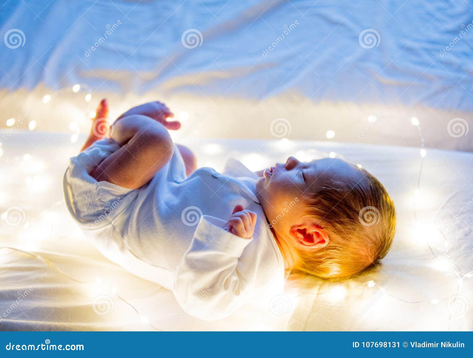在白色床上的小婴儿