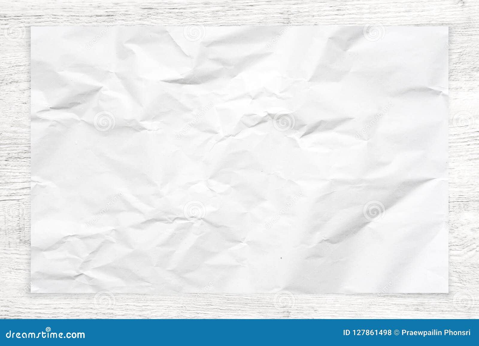 在白色木背景的被弄皱的纸纹理