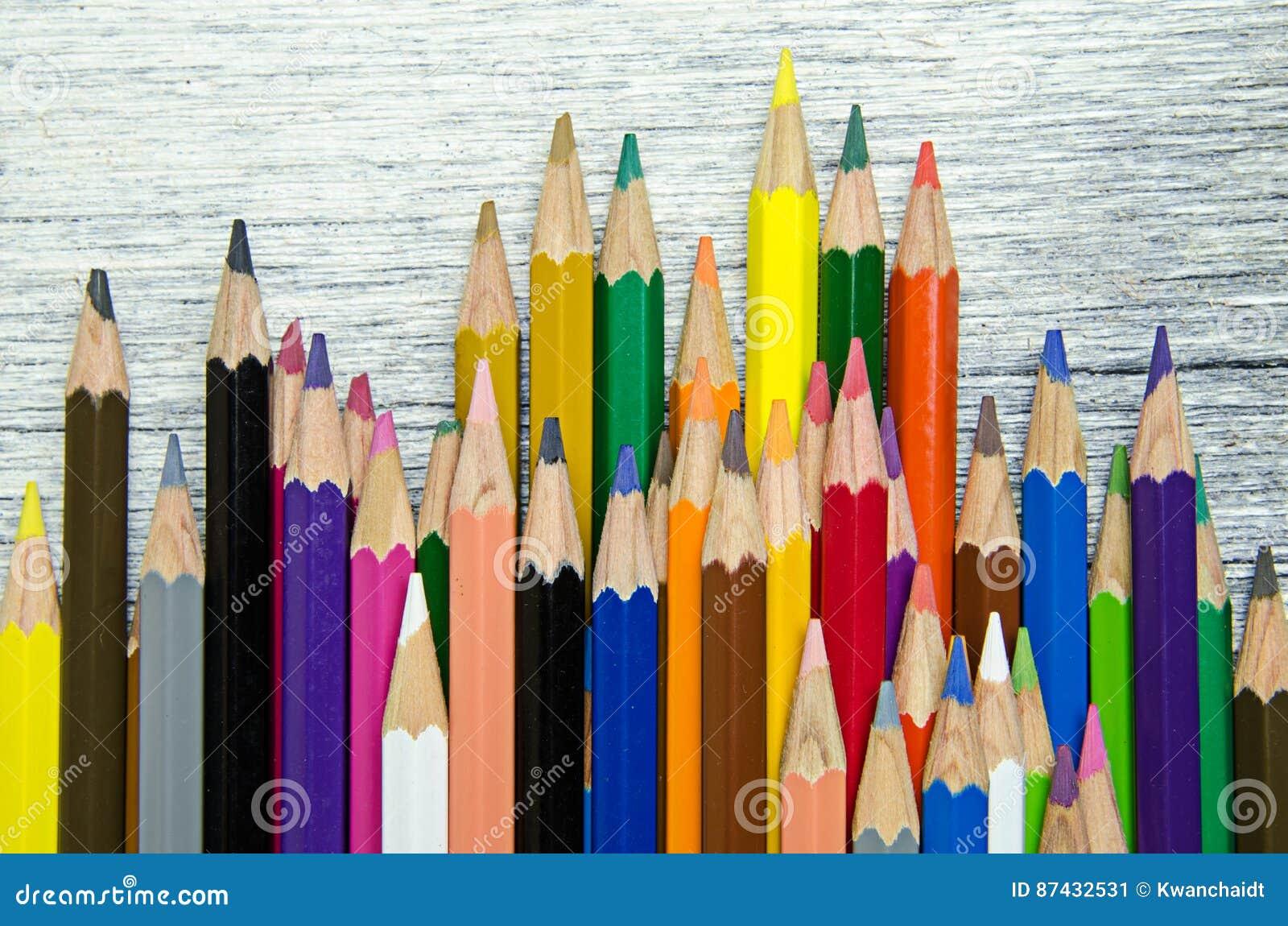 在白色木背景的颜色铅笔