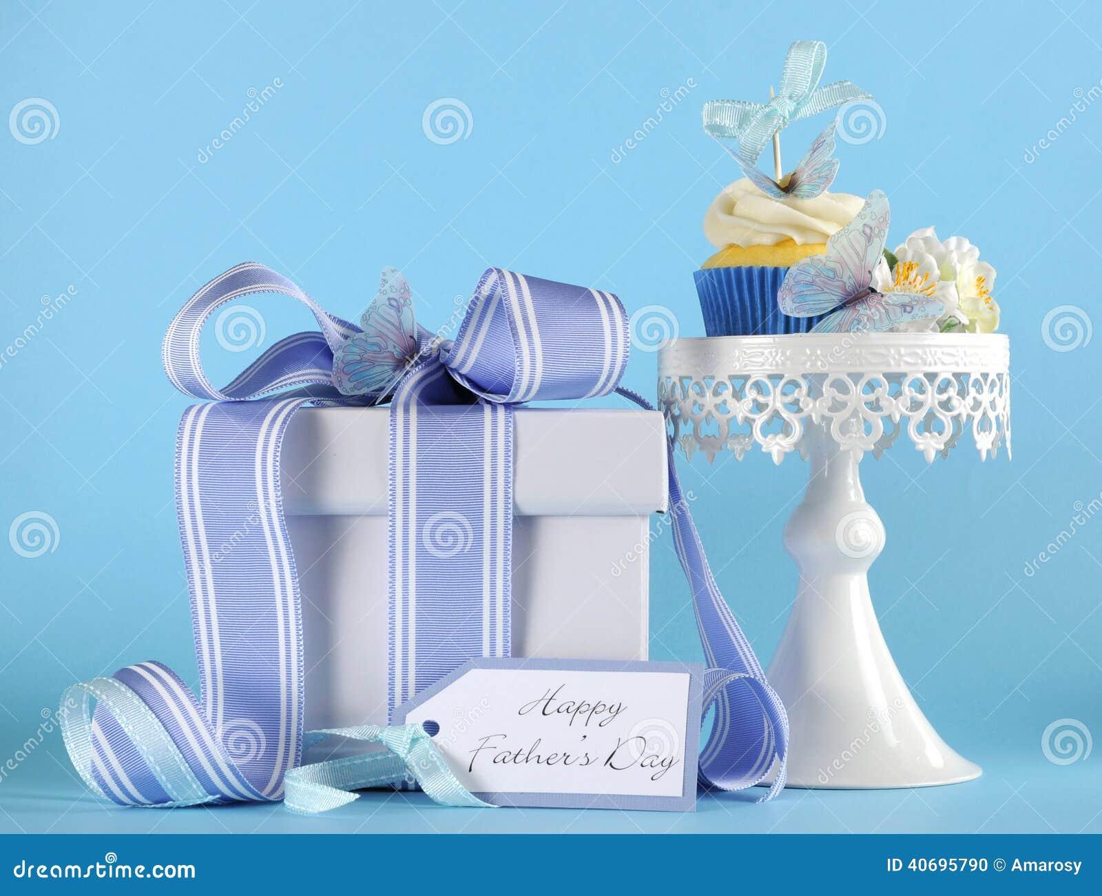 在白色杯形蛋糕立场的愉快的父亲节蓝色蝴蝶题材杯形蛋糕