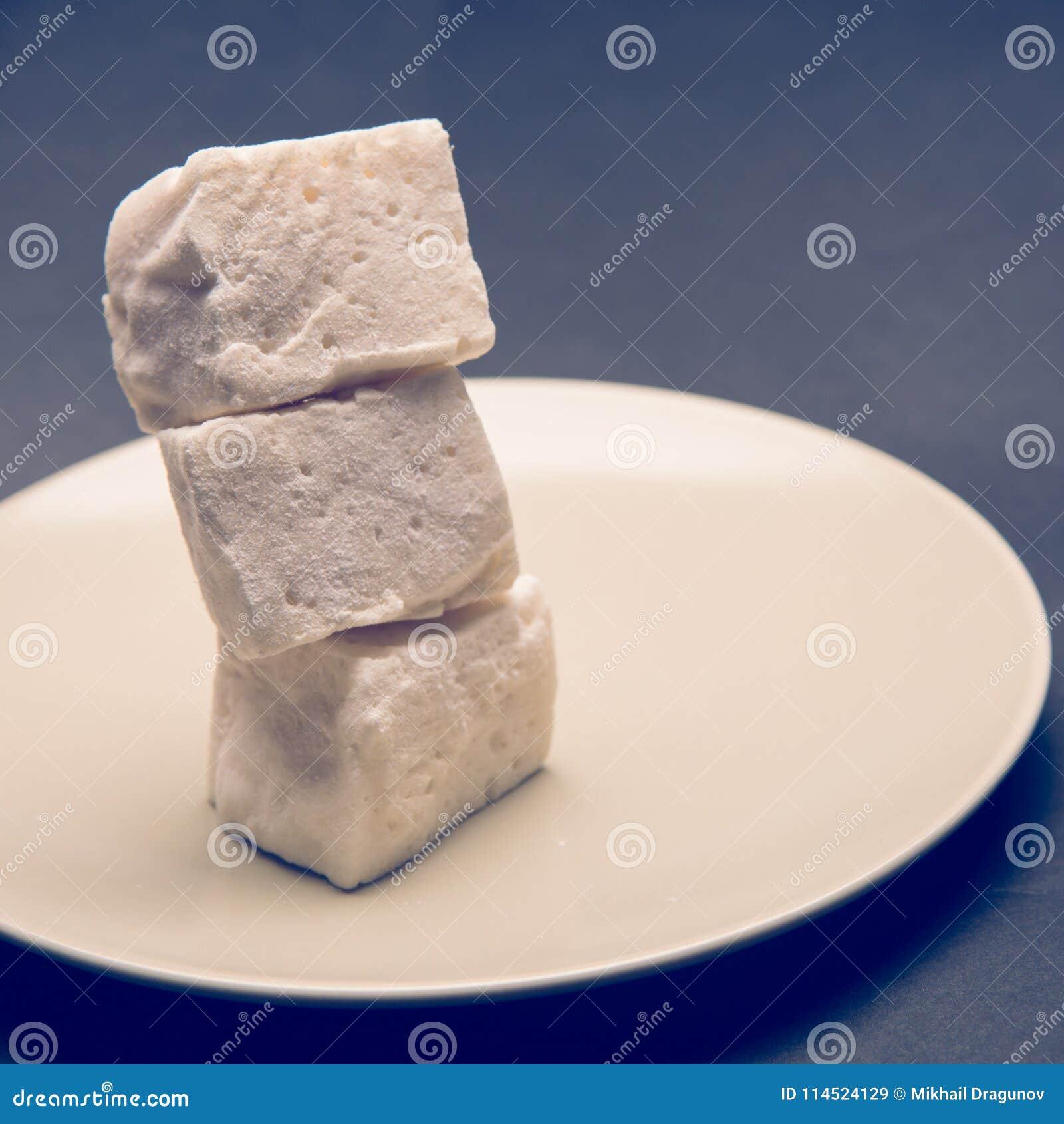在白色板材的蛋白软糖立方体