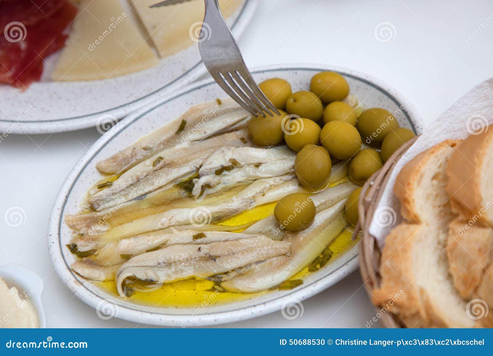 Download 在白色板材的鲜鱼肉用橄榄 库存照片. 图片 包括有 牛排, 海鲜, 巴伊亚, 图象, 沙拉, 食物, 内圆角 - 50688530