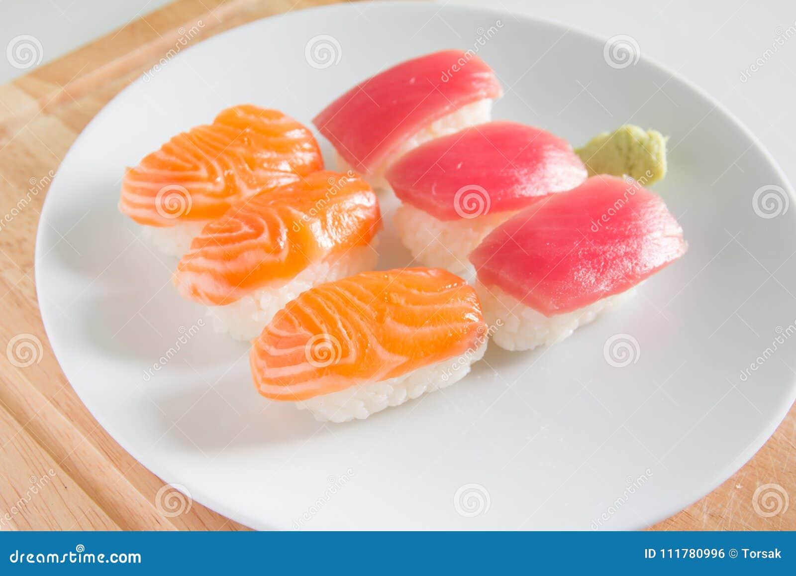在白色板材设置的寿司 Janpan食物