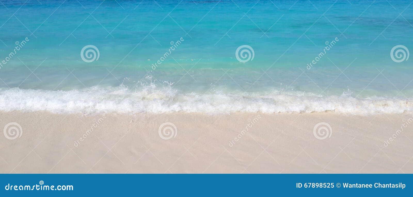 在白色沙子海滩的海波浪