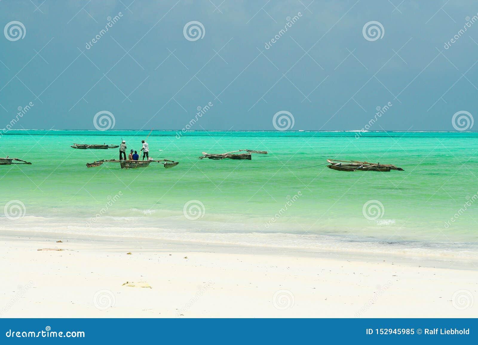 在白色沙子的全景不尽的看法在与木传统dau帆船的绿松石绿色水-帕杰海滩,桑给巴尔