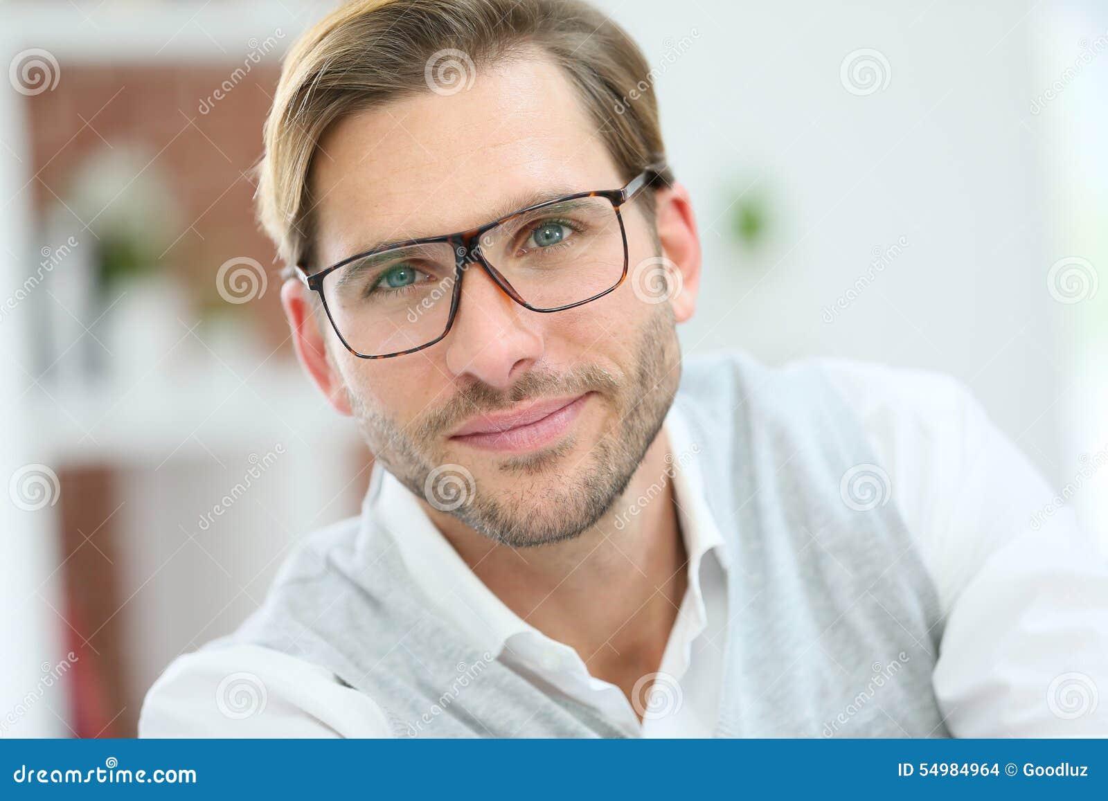 在白色的背景镜片英俊的查出的人