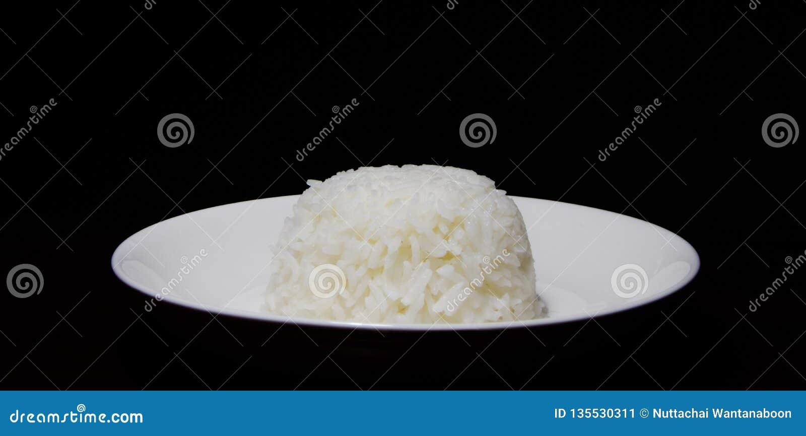 在白色盘的米
