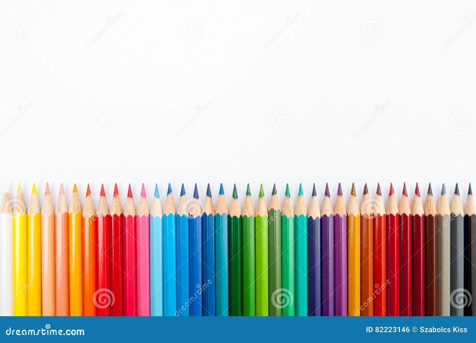 在白色背景关闭隔绝的颜色铅笔
