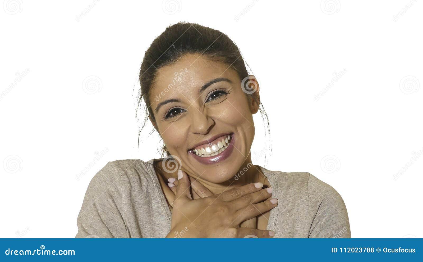 在白色背景年轻疯狂愉快和激动西班牙妇女30s微笑快乐和友好隔绝的顶头画象在em中
