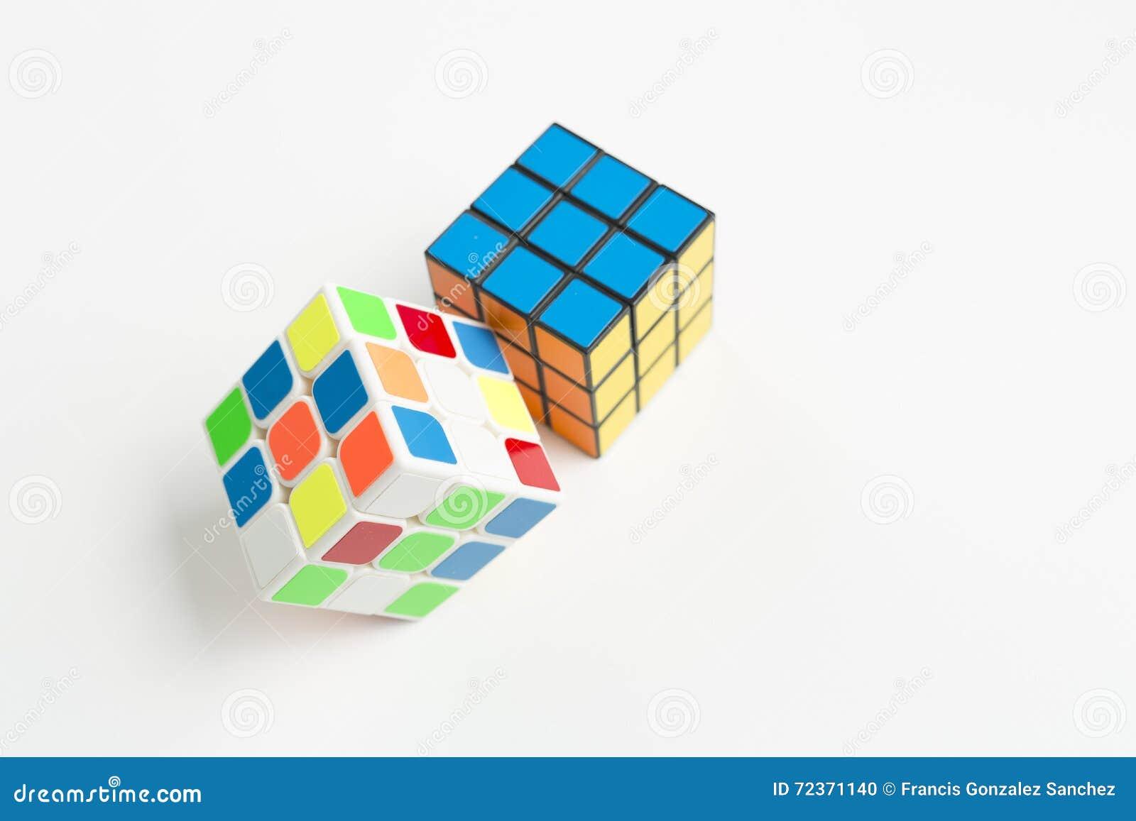 在白色背景的两个rubik立方体