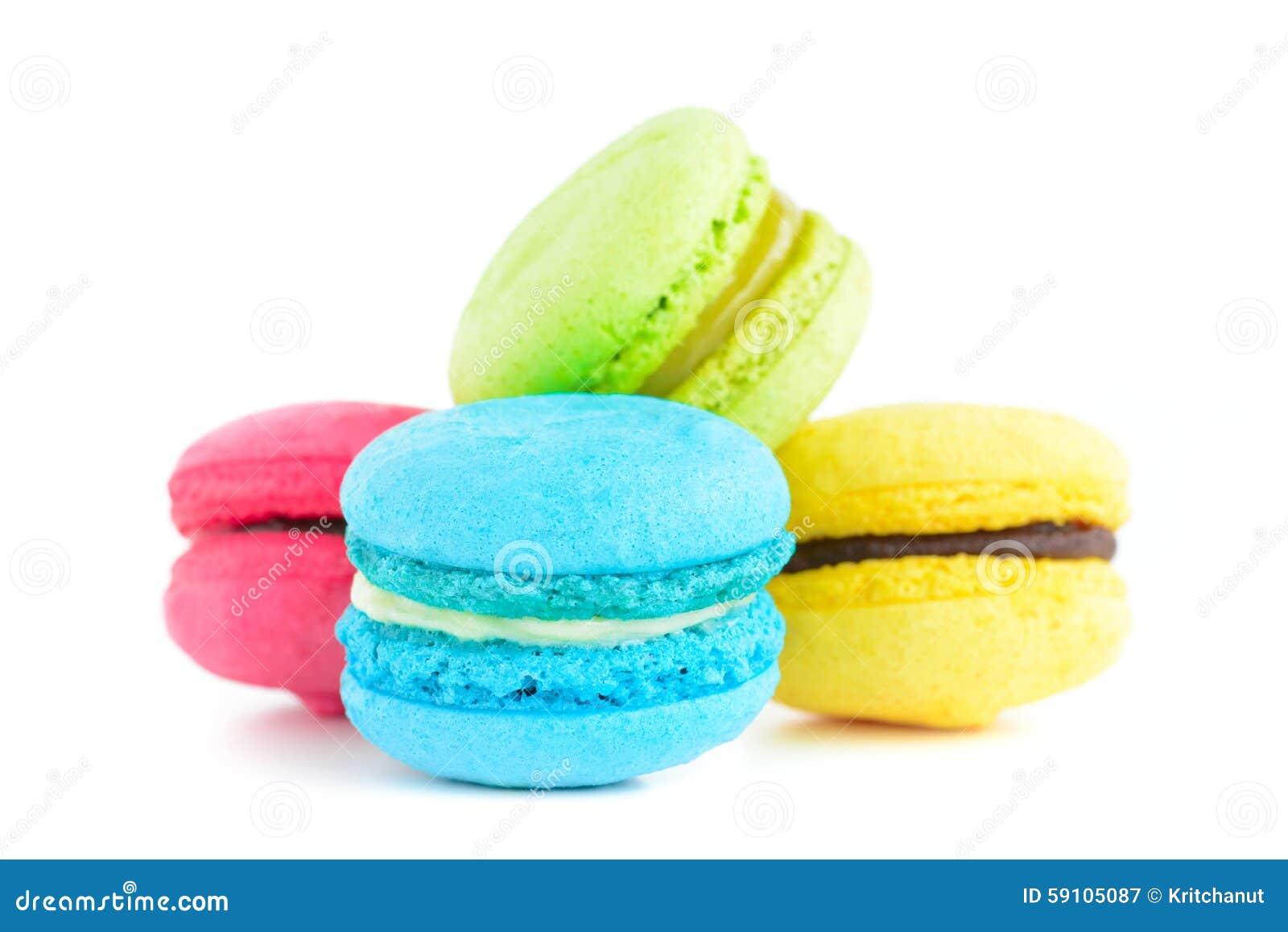 在白色背景的五颜六色的macarons