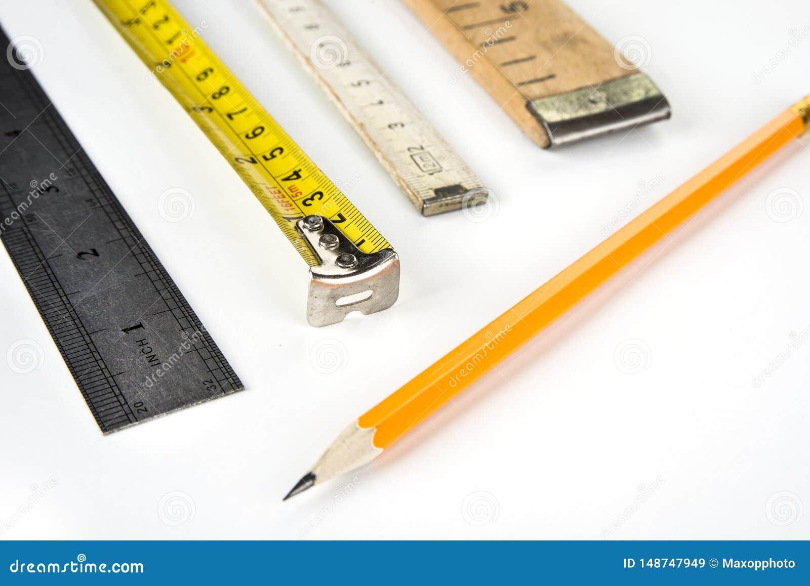 在白色背景的各种各样的米与铅笔