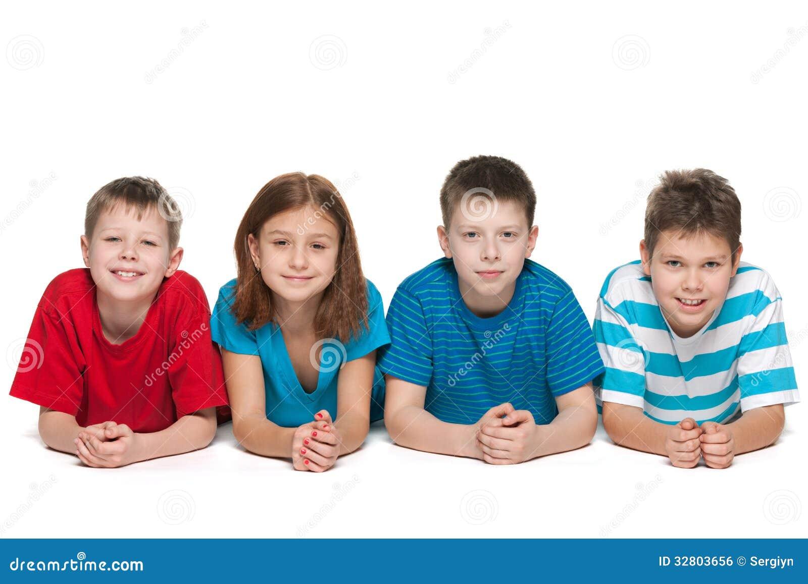 在白色背景的四个孩子