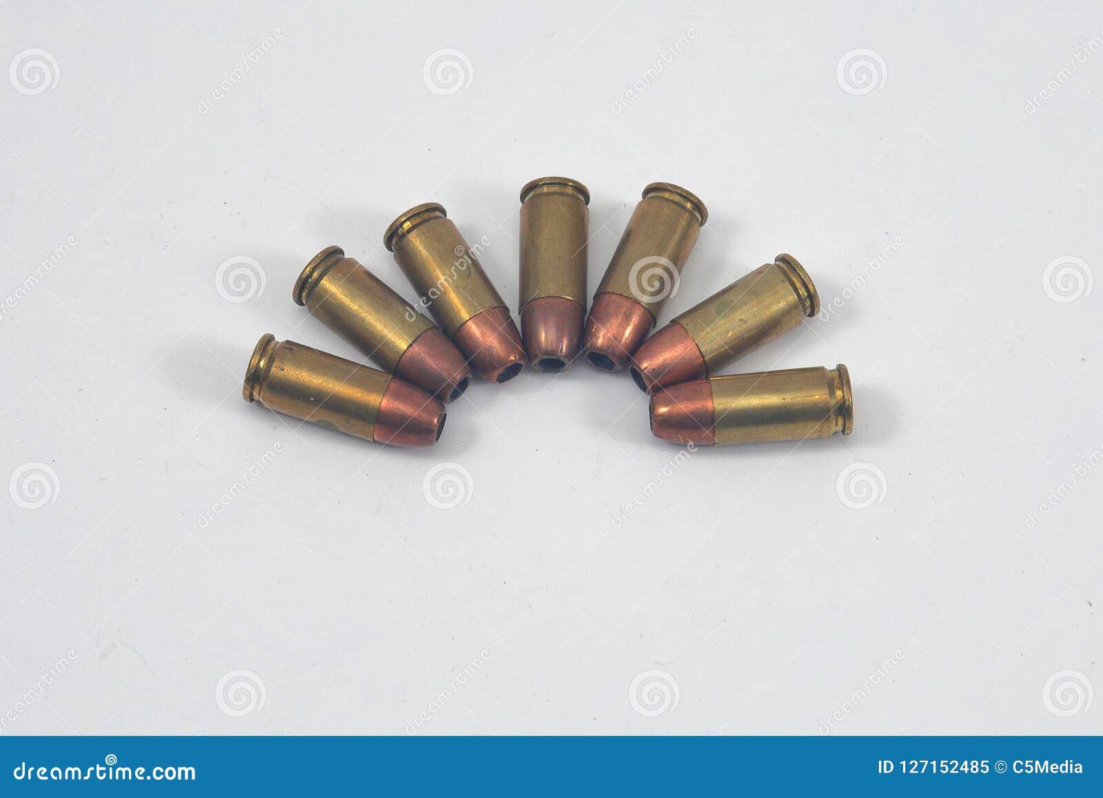 在白色背景的手枪aammunition 9mm
