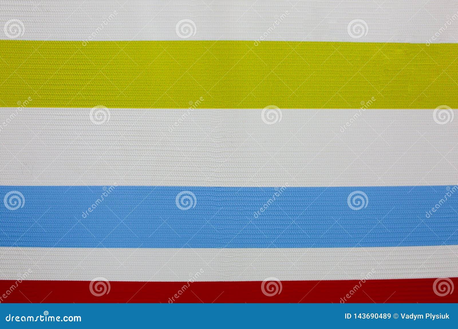在白色背景的水平的五颜六色的线 真正的小条在墙壁上绘了 明亮的壁纸 儿童绘画和