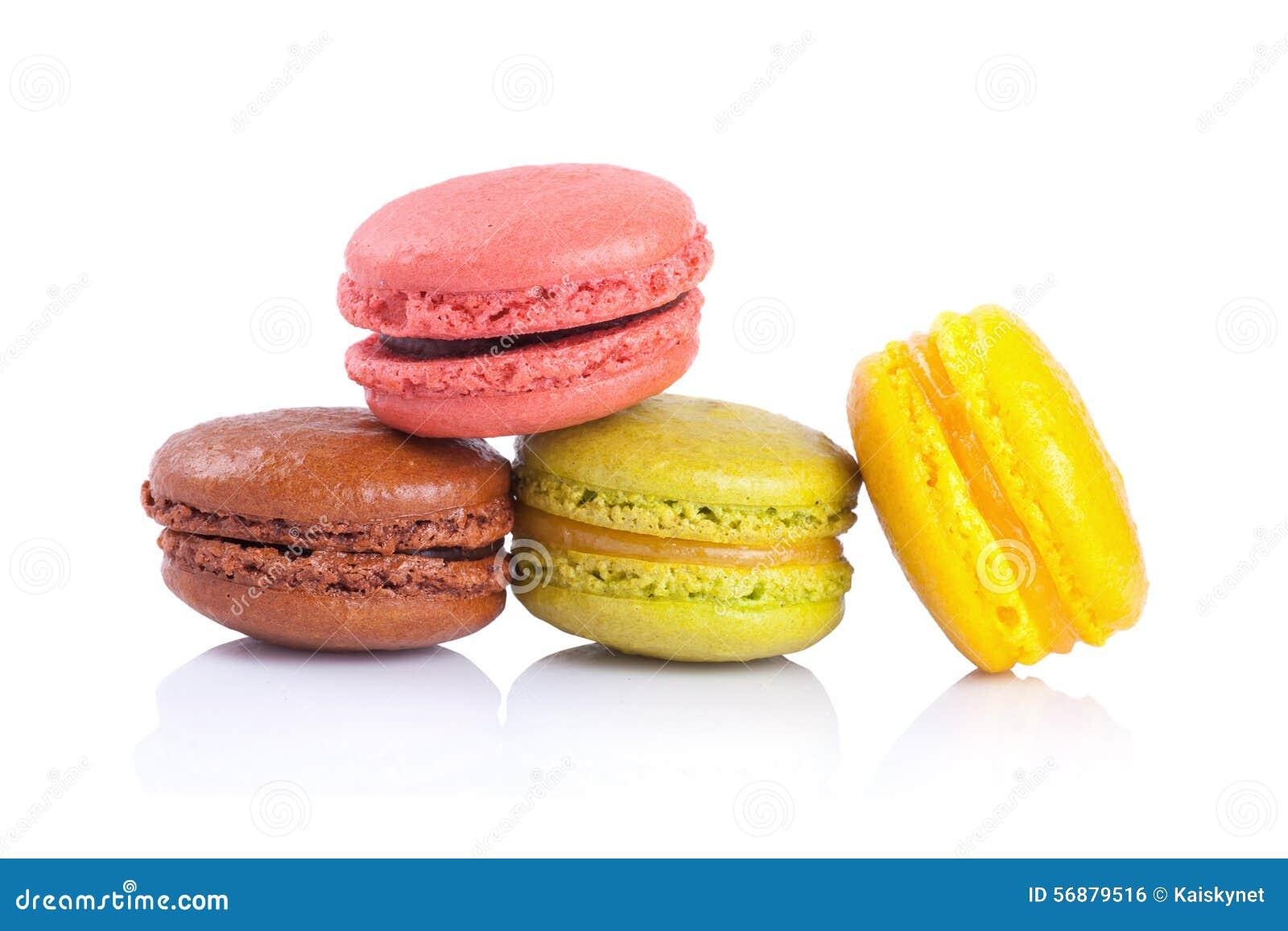 在白色背景的法国蛋白杏仁饼干