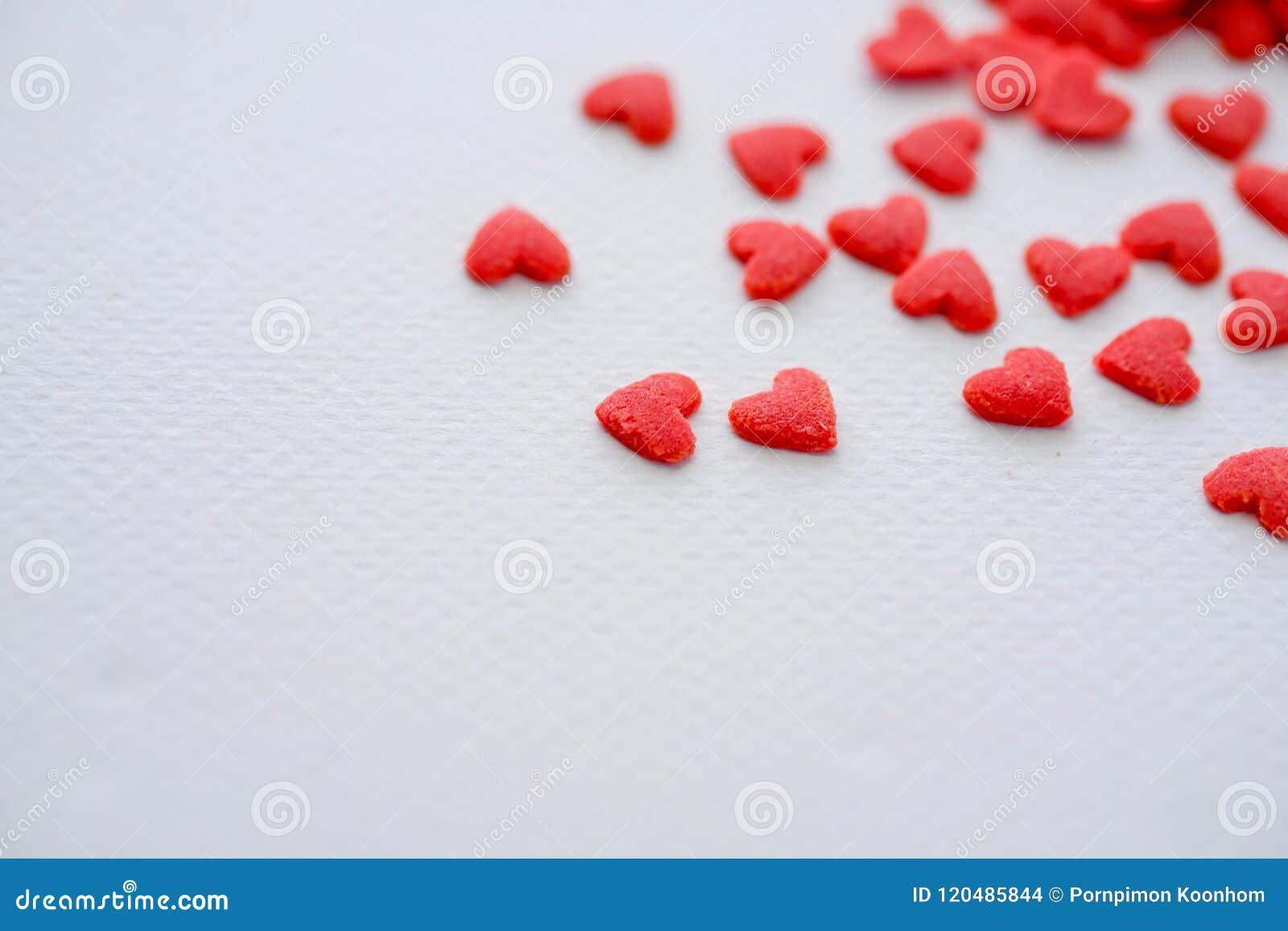 在白色背景的特写镜头微型红色心脏糖果