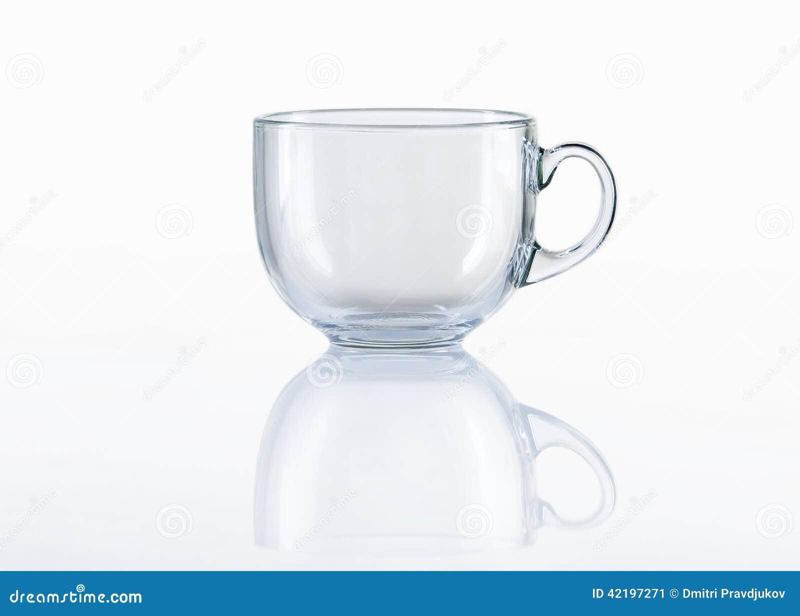 在白色背景的空的玻璃茶杯图片