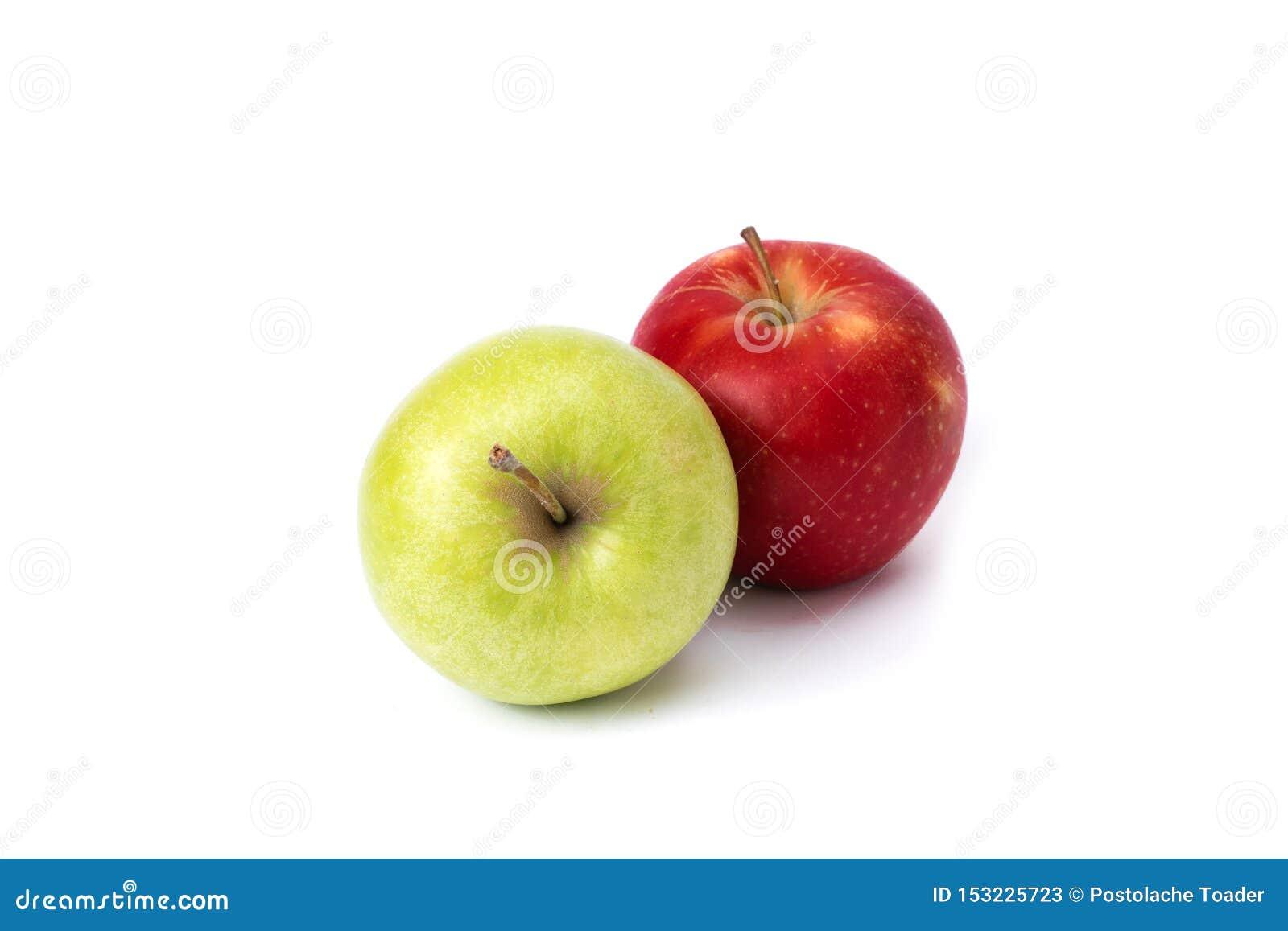 在白色背景的红色和绿色苹果 绿色和红色苹果水多在被隔绝的背景 一个小组在白色的两个苹果