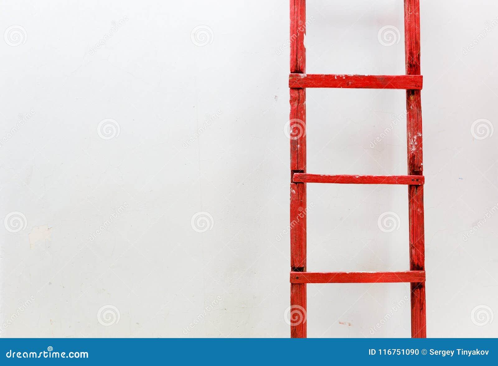 在白色背景的红色木楼梯 刺激事务