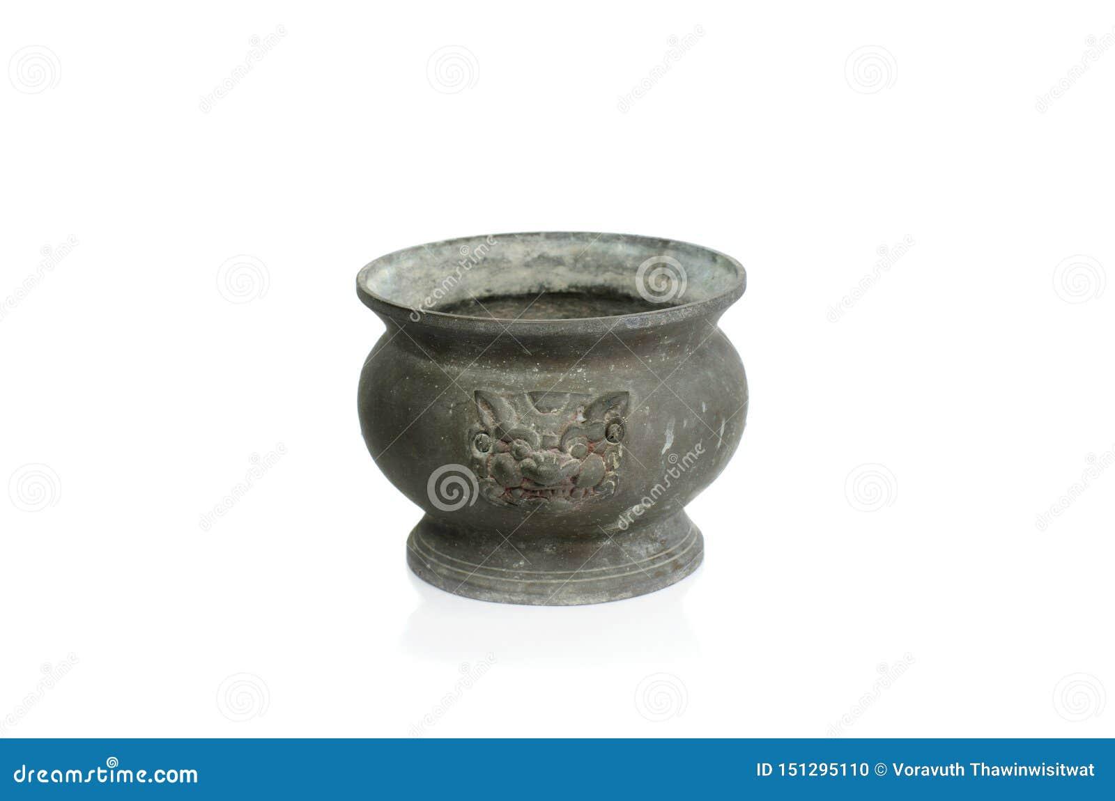 在白色背景的老香罐或香炉孤立