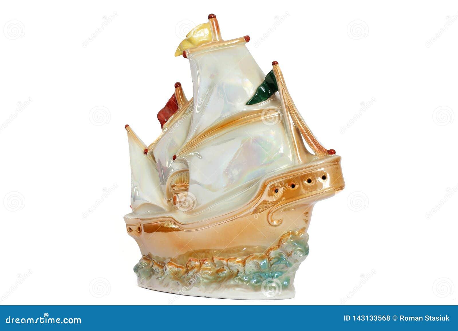在白色背景的船