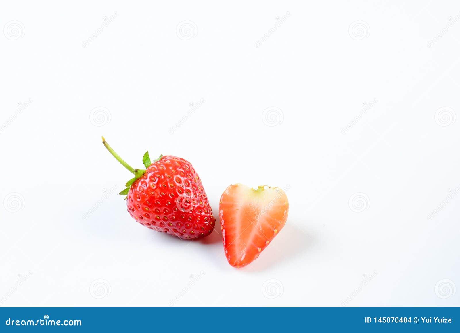 在白色背景的草莓