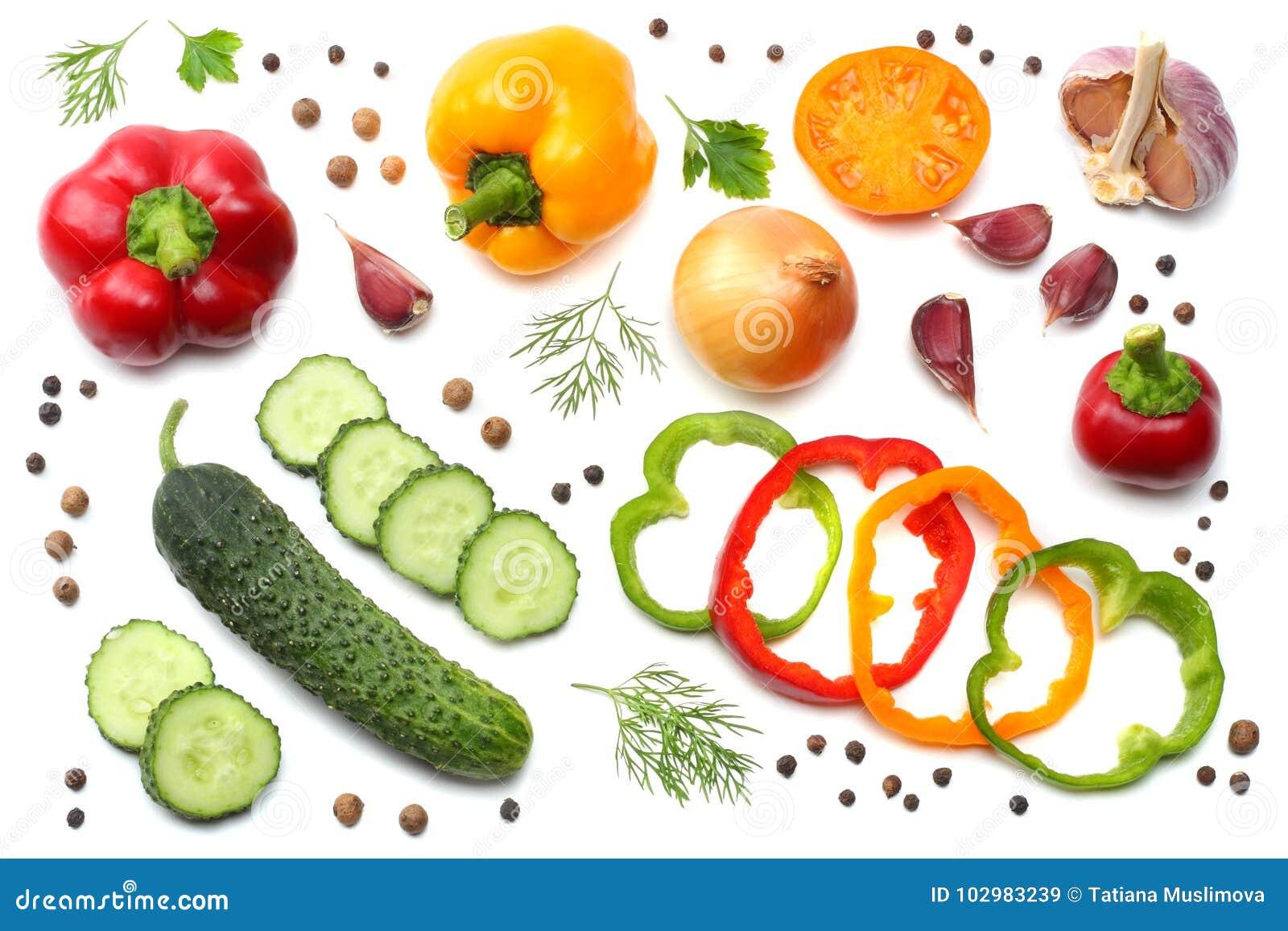 在白色背景隔绝的切的黄瓜、大蒜、甜椒胡椒和荷兰芹的混合 顶视图