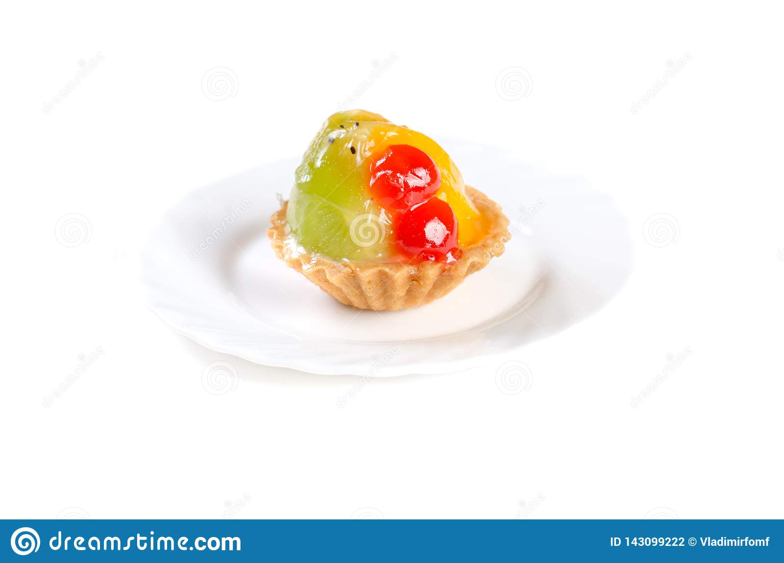 在白色背景隔绝的果冻蛋糕