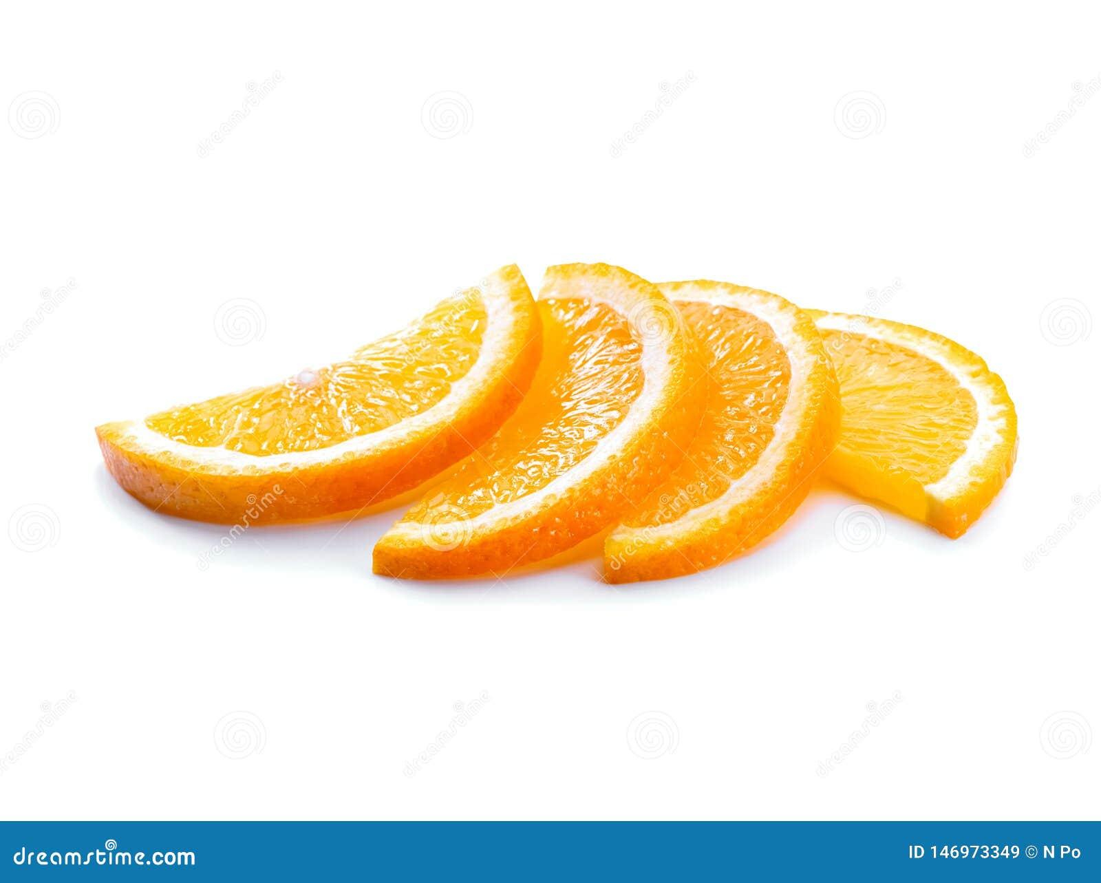 在白色背景隔绝的橙色切片特写镜头