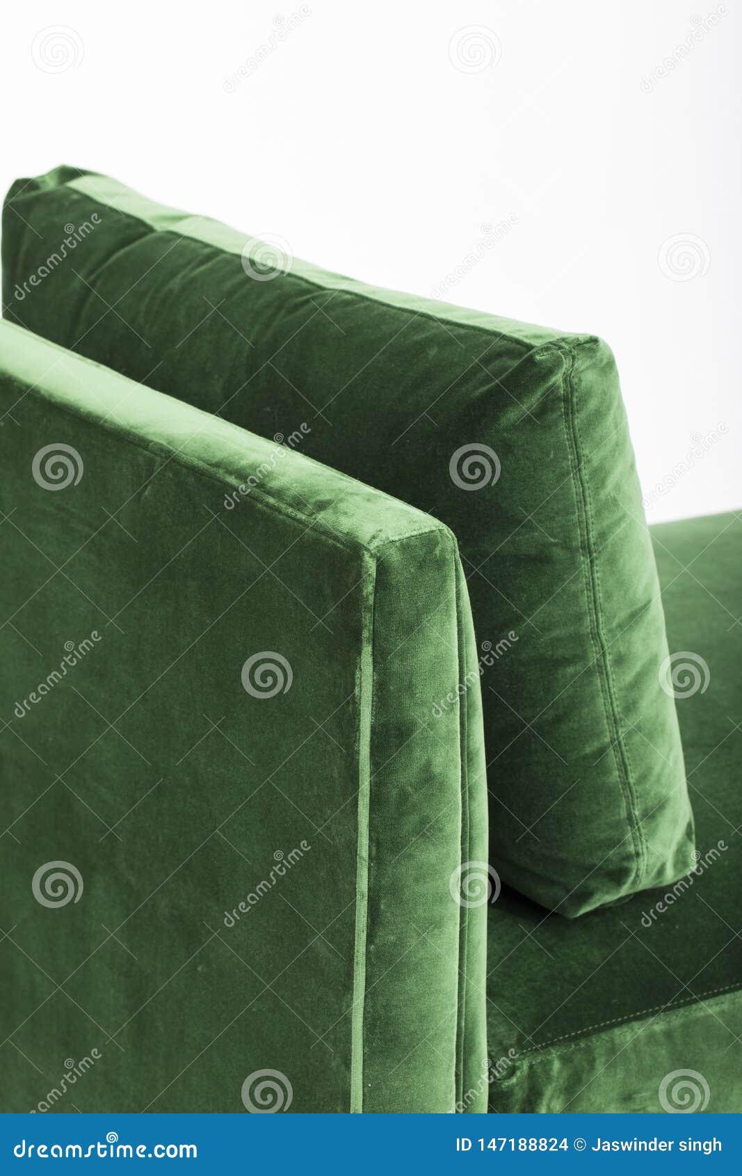 在白色背景隔绝的绿色沙发 在白色背景的一个沙发床长沙发