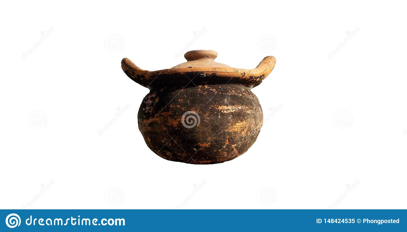 在白色背景隔绝的老泥罐陶器
