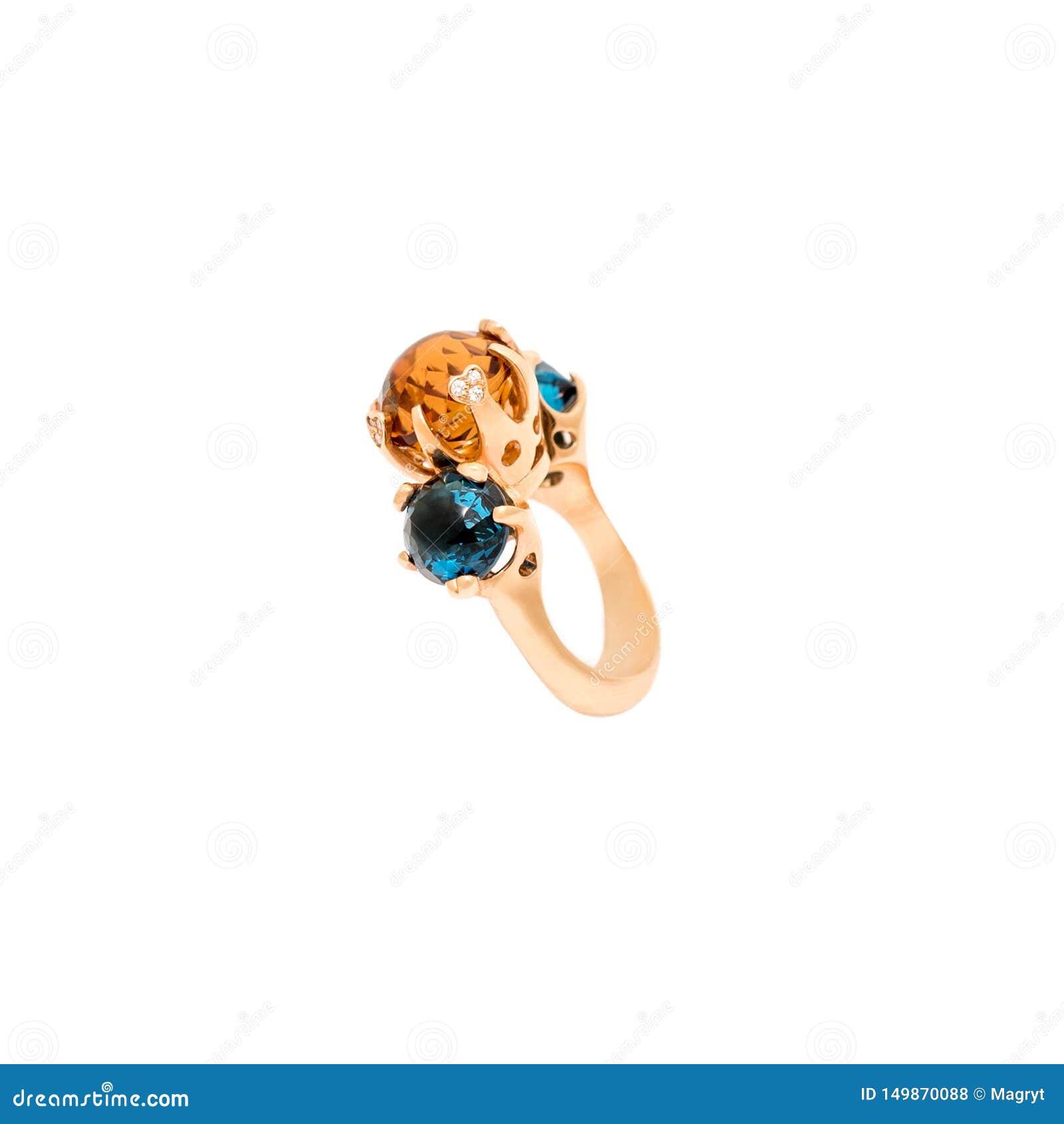 在白色背景隔绝的金黄钻戒 与金刚石和珍贵的颜色宝石的圆环 豪华首饰