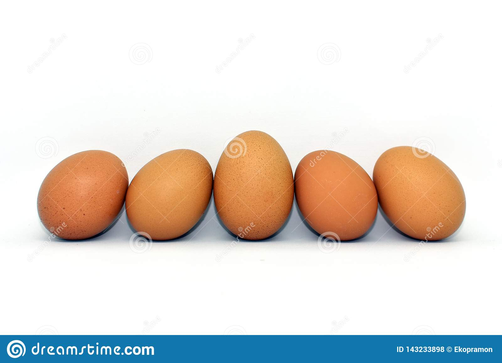在白色背景隔绝的鸡鸡蛋