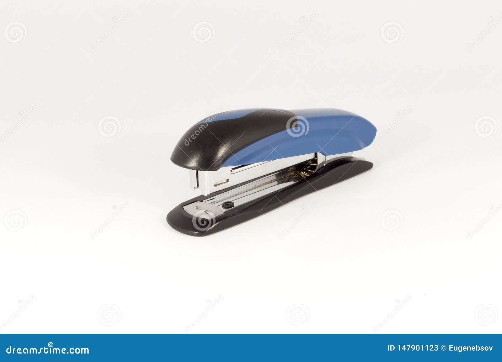 在白色背景隔绝的黑和蓝色订书机