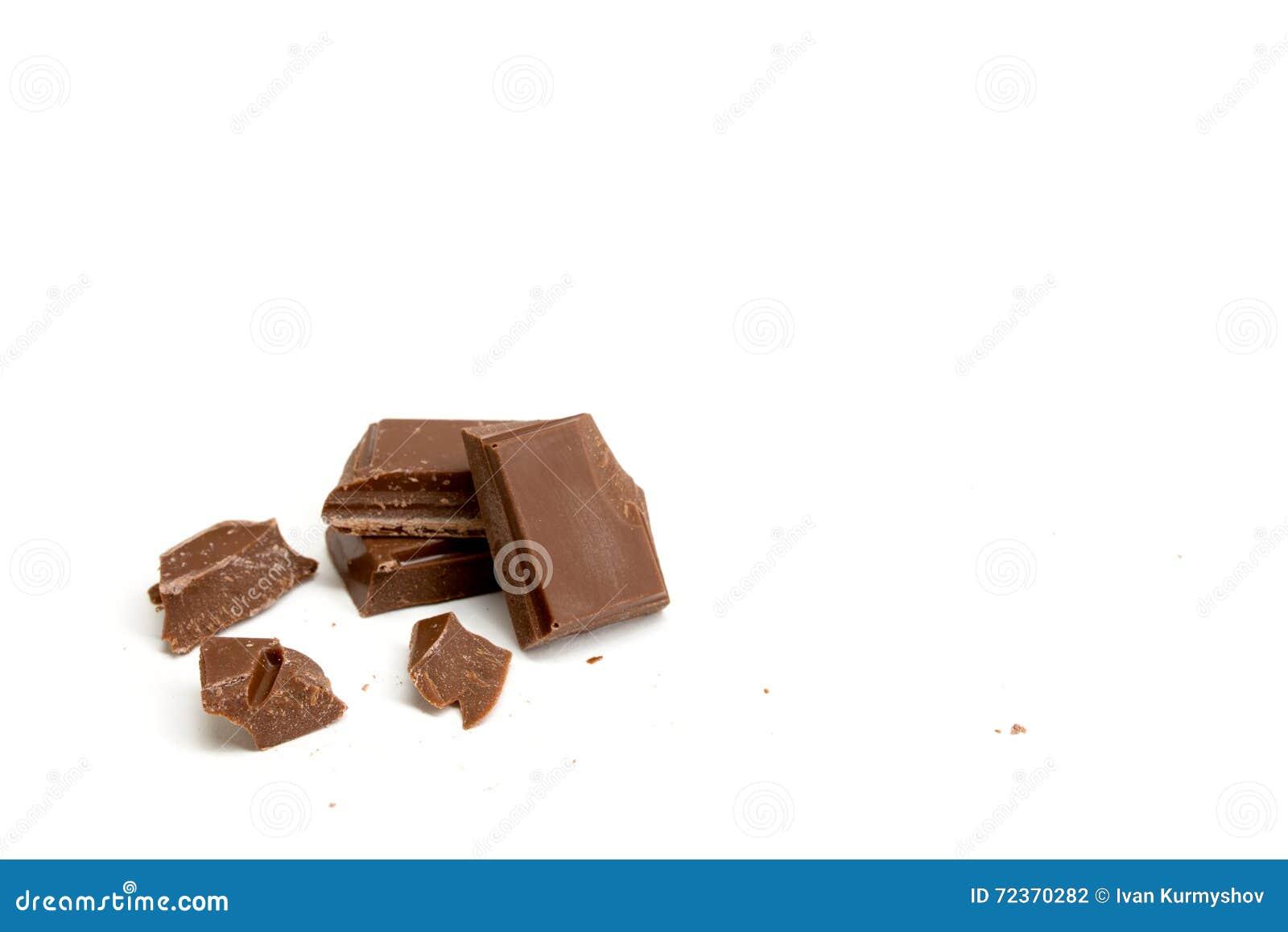 在白色背景隔绝的巧克力片断