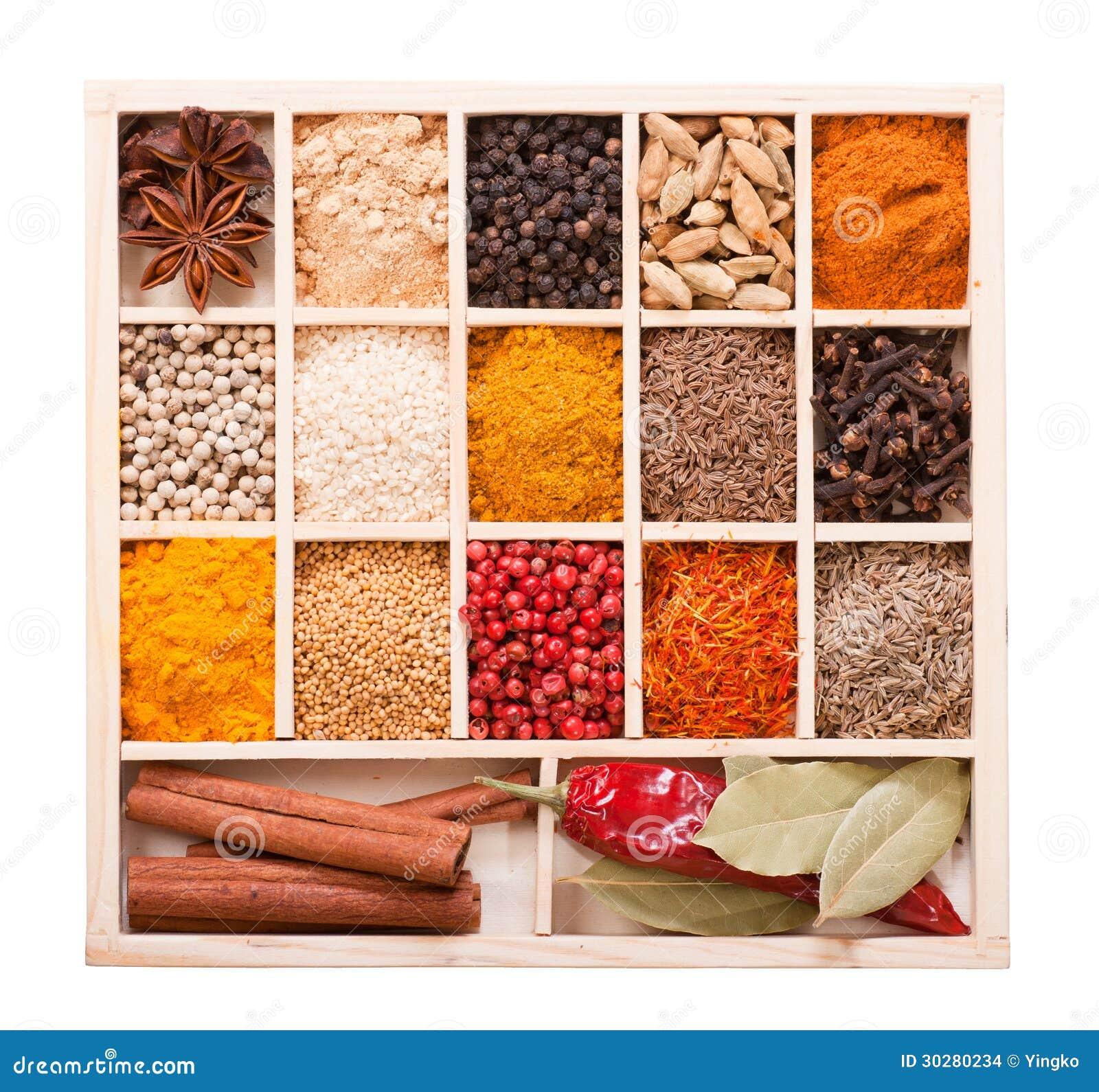 在木箱的各种各样的香料