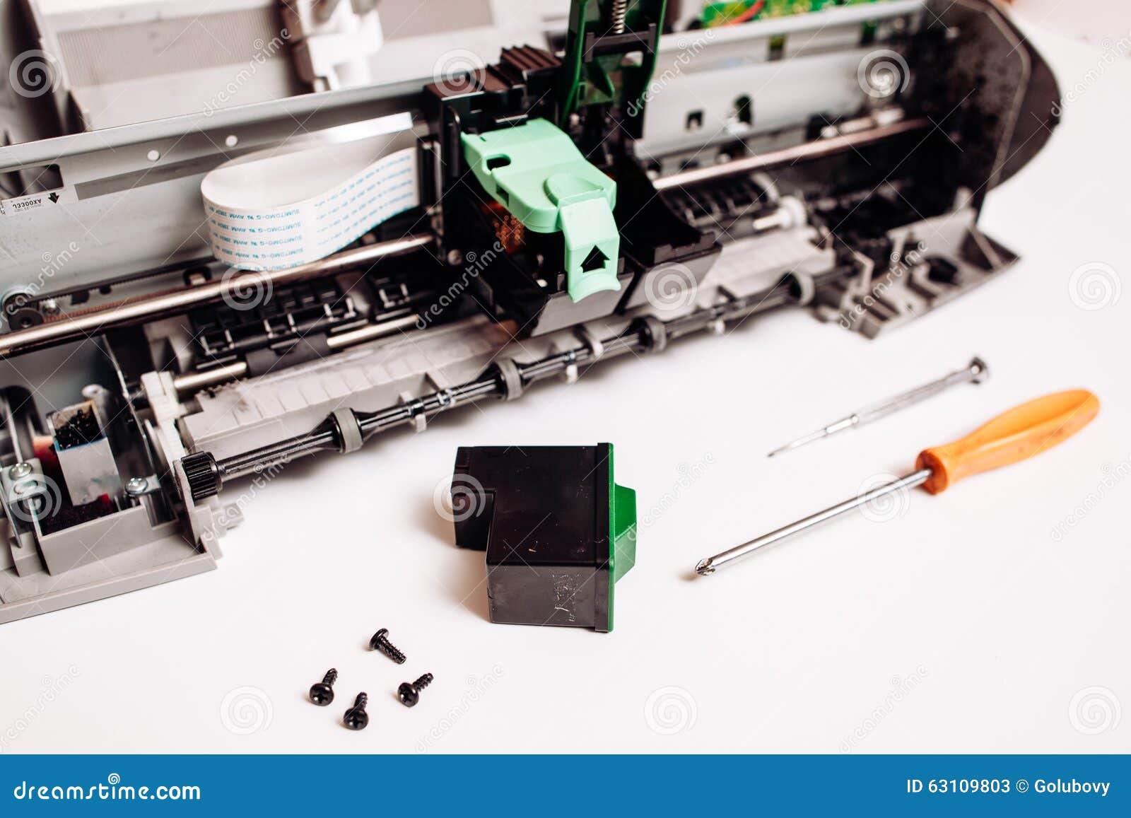在白色背景隔绝的残破的喷墨打印机