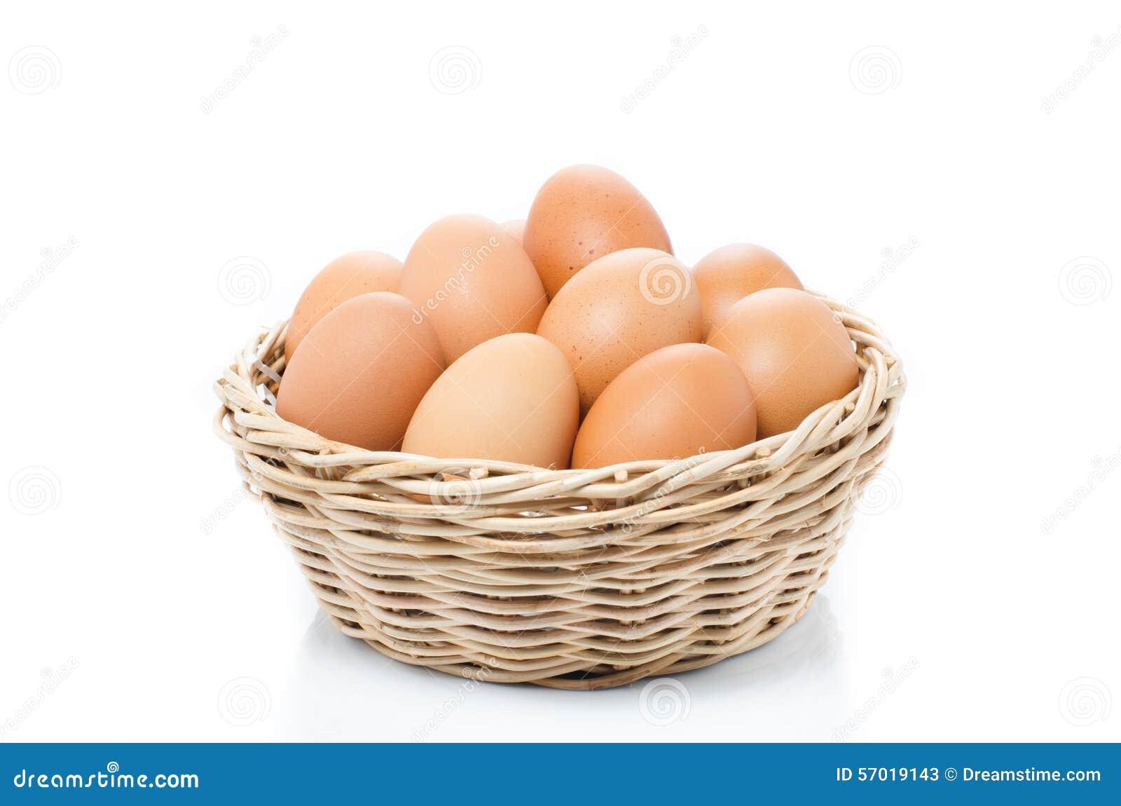 在白色背景隔绝的篮子的鸡蛋