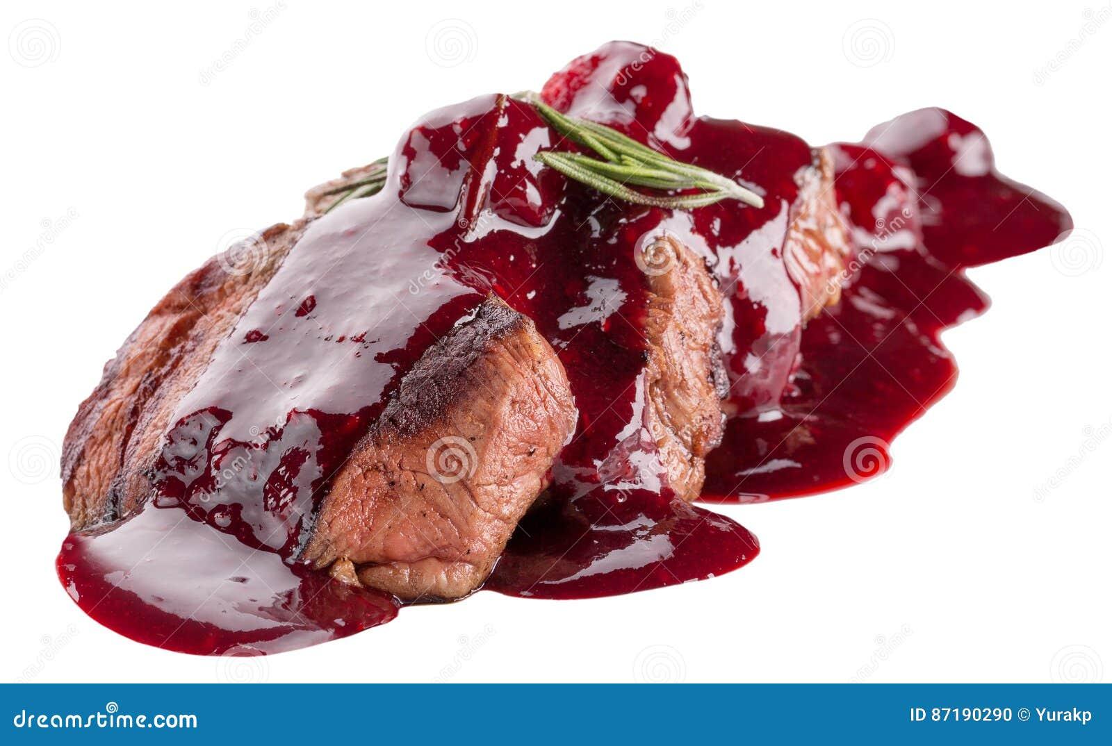 在白色背景隔绝的酸果蔓酱的切的肉
