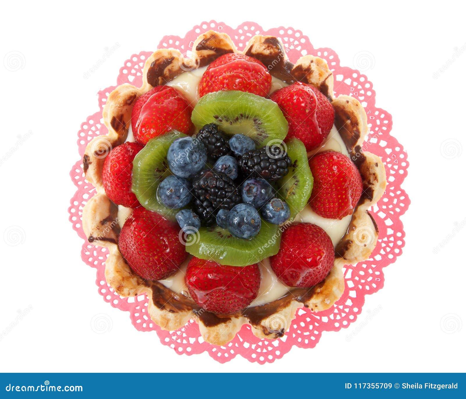 在白色隔绝的一块桃红色小垫布的新鲜水果馅饼